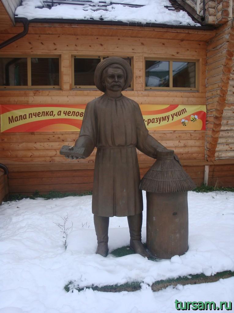 Скульптура пасечника