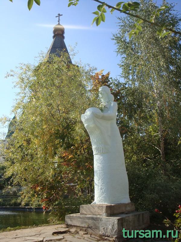 Скульптура рядом с водоемом на территории кремля в Измайлово