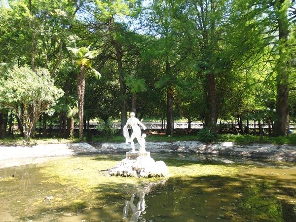 Скульптура в старом парке Гагры