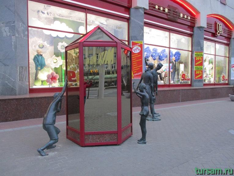 Скульптурная композиция «Семья покупателей» около Цума в Минске