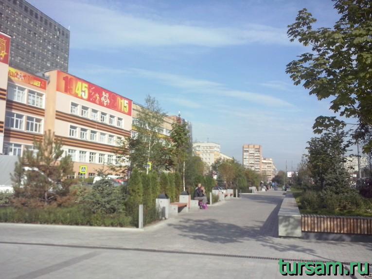 Сквер с лавочками напротив храма Преображения Господня на Преображенской площади