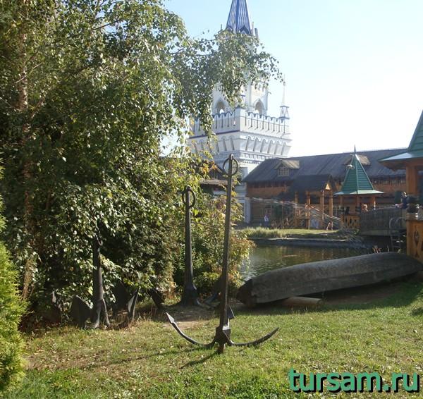 Три якоря и лодка на территории кремля в Измайлово