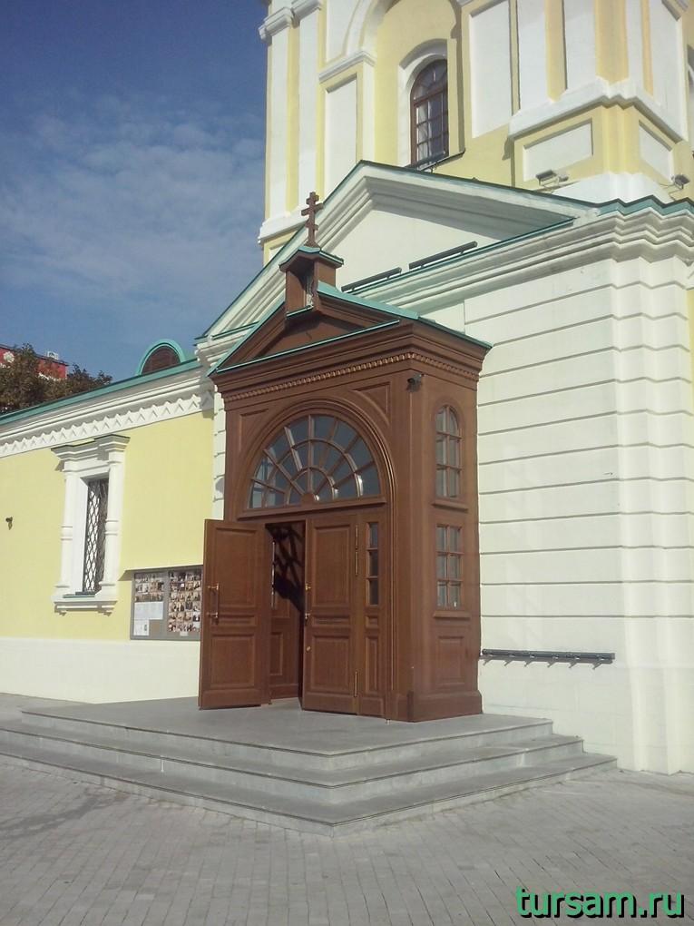 Вход в храм Преображения Господня на Преображенской площади