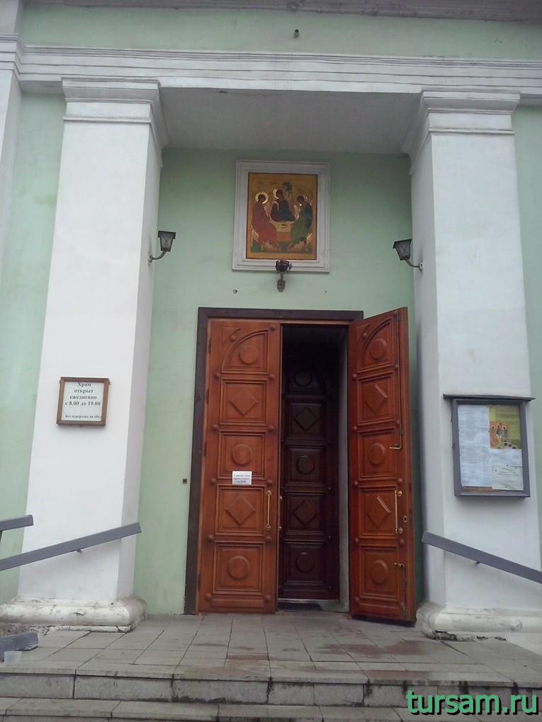 Вход в храм Троицы Живоначальной на Шаболовке