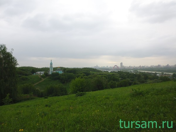 Вид с холма на Гребной канал и храм Рождества Пресвятой Богородицы