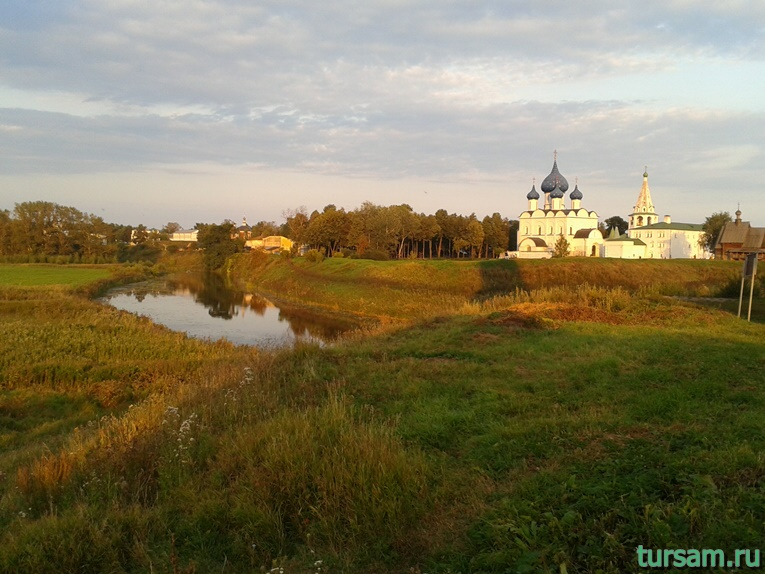 Вид на Суздальский кремль через реку Каменка