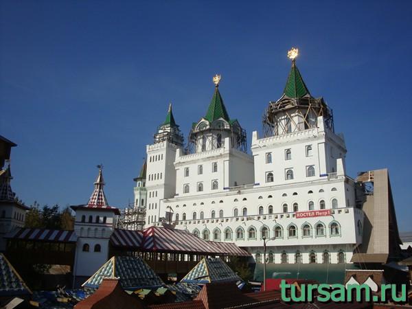 Вид с территории кремля в Измайлово на хостел Петр I