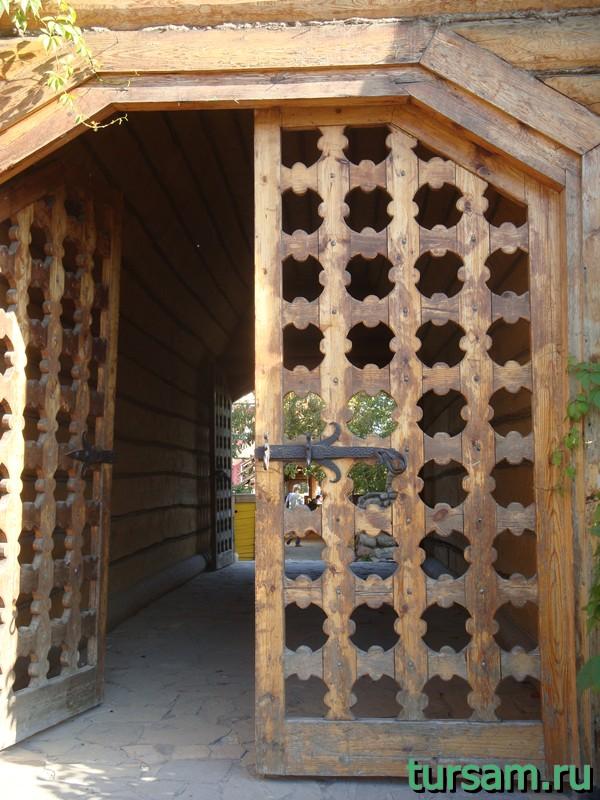 Ворота под колокольней на территории кремля в Измайлово