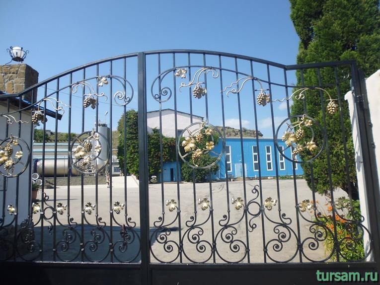 Ворота винного завода с лозами винограда