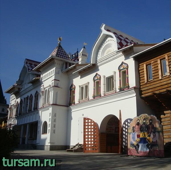 Здание галереи арт-кремль и гончарной мастерской на территории кремля в Измайлово