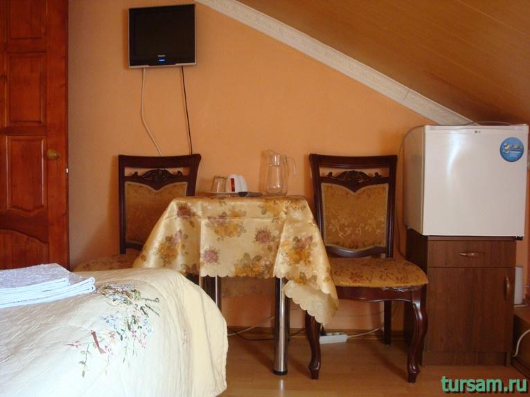 Зона для приема пищи в одном из номеров гостиницы Ашхен в Осташкове