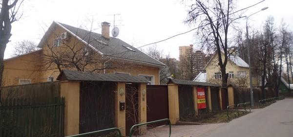 Поселок Сокол несколько малоэтажных домов на фоне многоэтажек